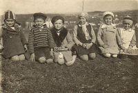 Marie Hrušová s bratrem Josefem a přáteli