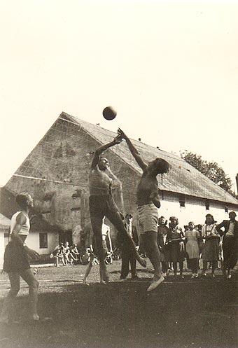 Match na Ovčíně ve Zdechovicích - počátek 40. let - 2