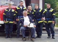 Hasiči před hasičárnou