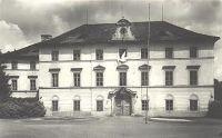 Hlavní průčelí - Hlavní průčelí - stav asi po roce 1945. (foto Státní ústav památkové péče a ochrany přírody v Praze, autor Vladimír Hyhlík)
